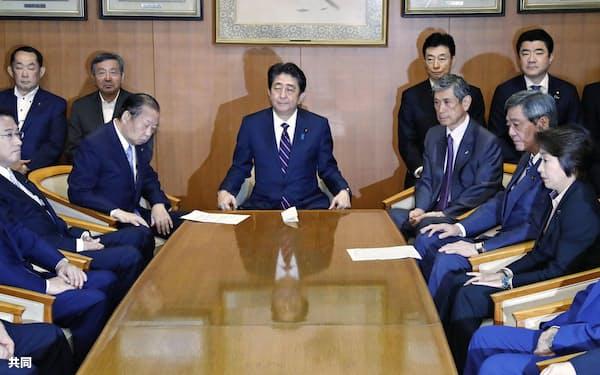 自民党総裁選で連続3選を決め、臨時役員会に臨む安倍首相(中央)=20日午後、東京・永田町の党本部