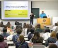 東京2020オリンピック・パラリンピックのボランティア募集説明会で韓国・平昌冬季五輪のボランティア経験を話す学生(25日、京都市右京区の京都外国語大)