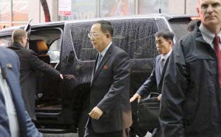25日、国連本部前にある滞在先のホテルに到着した北朝鮮の李容浩外相(中央)=共同