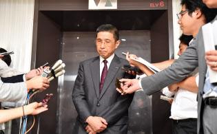 記者の質問に答える日産自動車の西川広人社長兼最高経営責任者(CEO)=26日午後、東京・霞が関