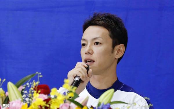 引退表明の記者会見をする中日の浅尾拓也投手(26日、ナゴヤドーム)=共同