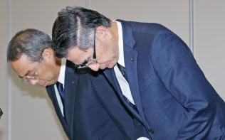 検査の不正に関する記者会見で謝罪するスズキの鈴木俊宏社長(右)ら(26日、東京都港区)