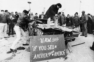 1981年、トヨタ自動車の「カローラ」を壊して抗議する米自動車労働者=AP