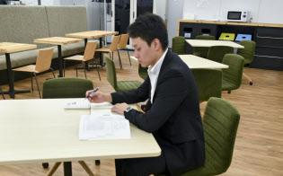 不動産事業本部の浦田凌典さんは、不動産の資格取得を目標に「自分磨き」を進める