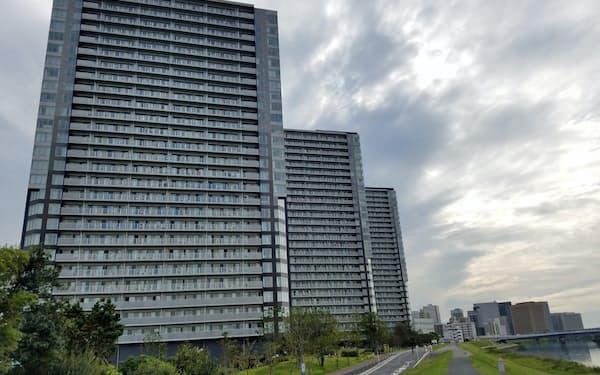 京急大師線・港町駅前の多摩川沿いに大規模マンションが建てられた(川崎市)