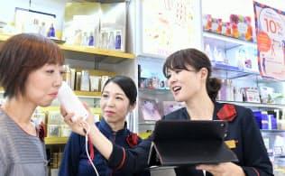 資生堂ジャパン美容部員の高沢欣子さん(右)(東京・大手町)