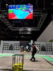 VR空間でテニスをする記者(26日、サンノゼ市)※ボールは飾り。