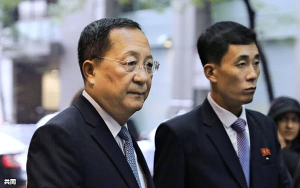 北朝鮮の国連代表部に向かう李容浩外相=左(25日、ニューヨーク)=共同