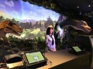 恐竜ロボットと人型ロボットが受け付けを担う