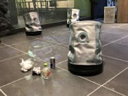 人がゴミ捨てしやすいように自ら動くゴミ箱型ロボットの「弱いロボット」