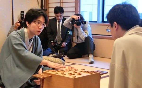 王位戦第7局に勝ち、二冠になった豊島新王位(27日午後、東京都千代田区)