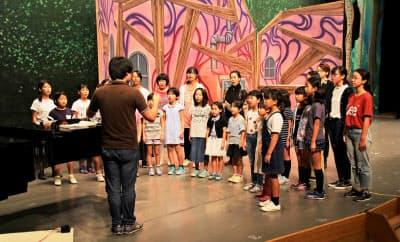 「ヘンゼルとグレーテル」の稽古に励む子供たち(兵庫県篠山市のたんば田園交響ホール)