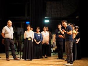 「トスカ」の演出をする井原広樹(右手前、兵庫県川西市の川西市みつなかホール)