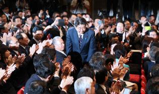 自民党総裁選で3選を果たし、立ち上がって一礼する安倍首相(20日午後、党本部)