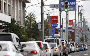 給油のため渋滞する車の列(6日、北海道江別市)=共同