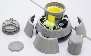 「こうのとり」7号機に積み込んだ小型回収カプセルの模型(茨城県つくば市のJAXA筑波宇宙センター)=共同