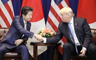 会談で握手するトランプ米大統領(右)と安倍首相=26日、米ニューヨーク(共同)