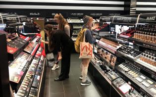 専門店で熱心にコスメを物色する女性たち(27日、ニューヨーク)
