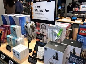 アマゾンの新業態ストアは顧客の評価や関心を店頭に反映する(27日、ニューヨーク)