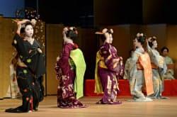温習会を前に、通し稽古「大ざらえ」で踊りを披露する舞妓(28日午前、京都市)=共同