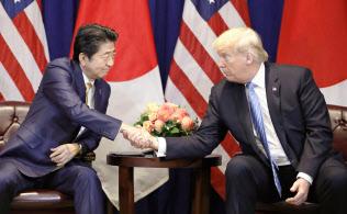 トランプ米大統領(右)と安倍首相(26日、米ニューヨーク)=共同