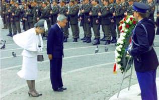 戦没者記念慰霊塔に供花し黙とうする天皇、皇后両陛下(2000年5月、アムステルダムのダム広場)