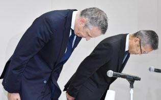 燃費・排ガス検査での不正について謝罪するアウディジャパンのフィリップ・ノアック社長(左)(28日午後、東京都港区)