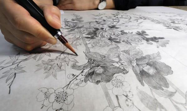 着物の図案が鉛筆で描かれていく