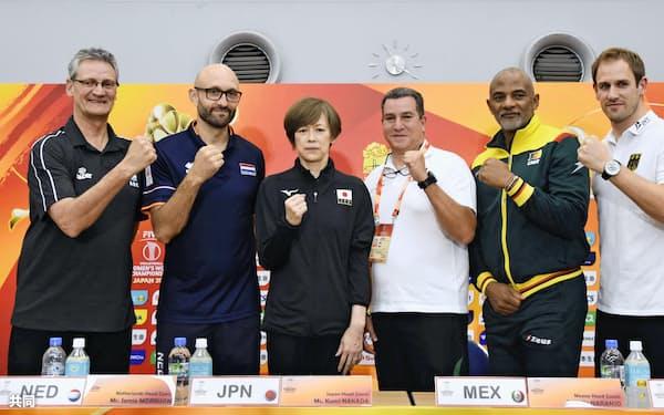バレーボール女子の世界選手権を前に記者会見でポーズをとる中田久美監督(左から3人目)と1次リーグA組の各国監督ら(28日、横浜アリーナ)=共同