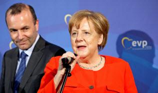 メルケル首相(右)はウェーバー氏の欧州委員長就任を後押しする(ロイター)