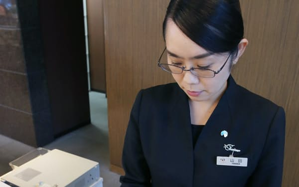 客室とフロントの間で筆談できる機器を備える東京ドームホテル(28日、東京都文京区)