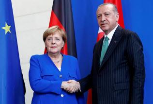 トルコのエルドアン大統領(右)はドイツのメルケル首相と会談した(28日、ベルリン)=ロイター