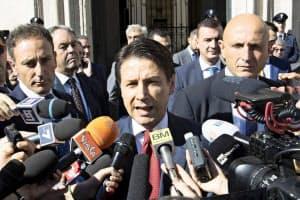 メディアの取材に答えるイタリアのコンテ首相=AP