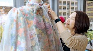 エンディングドレスを作る中野さん=塩山賢撮影