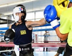 練習を公開したWBCライトフライ級王者の拳四朗(29日、東京都練馬区)=共同
