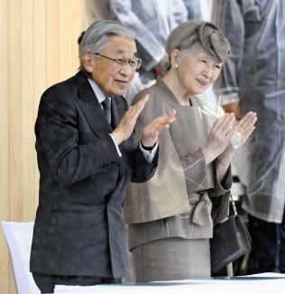 国体総合開会式前のパフォーマンスを鑑賞する天皇、皇后両陛下(29日、福井市)=共同