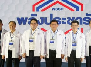国民国家の力党の党首に選ばれたウッタマ氏(左から2人目)ら閣僚4人(29日午後、バンコク近郊)=小高顕撮影