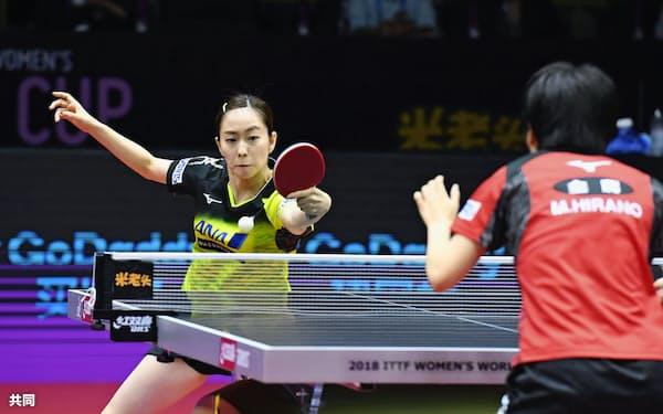 シングルス準々決勝で平野美宇(右)と対戦する石川佳純(29日、成都)=共同
