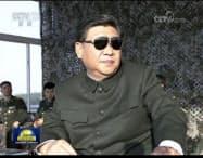サングラス姿で訓練を見守る習近平(シー・ジンピン)国家主席(中国国営中央テレビの画面から)