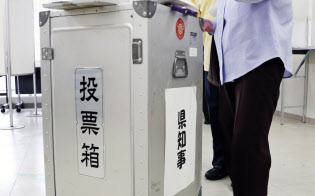沖縄県知事選に投票する有権者(30日、那覇市役所)