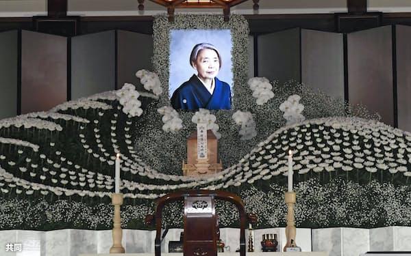 樹木希林さんの遺影が飾られた祭壇(30日午前、東京都港区の光林寺)=共同