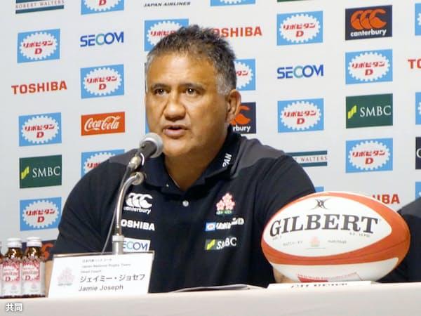 今秋の日本代表戦のメンバーを発表するラグビー日本代表のジョセフ・ヘッドコーチ(1日午後、東京都港区)=共同