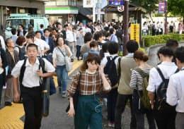 京王線が一部運転見合わせとなり、振り替え輸送のバスを待つ通勤客ら(1日午前、東京都調布市)