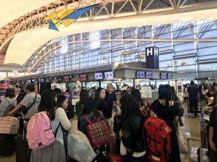 訪日外国人客らでにぎわう関西国際空港の出国ロビー(1日)
