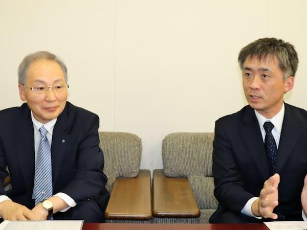 買収を発表した四電工の宮内義憲社長(左)と菱栄設備工業の沢田孝史社長
