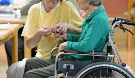 家族の介護が必要となる管理職は多い(横浜市の介護老人保健施設)