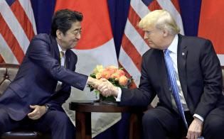 首脳会談で握手する安倍首相とトランプ大統領=AP
