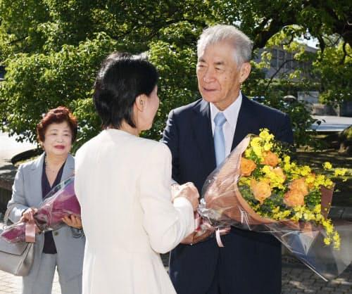 花束を受け取る京都大学の本庶特別教授(2日午前、京都市左京区)
