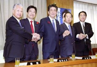 自民党の役員が決まり、握手する(左から)甘利選対委員長、加藤総務会長、安倍首相、二階幹事長、岸田政調会長(2日午前、党本部)