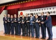 契約書の調印後に握手する農業共済組合などの代表者(2日、岡山市)